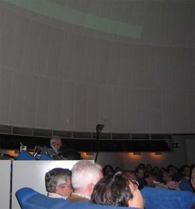 Don Luis Ruiz de Gopegui presentando el libro en el Planetario de Madrid