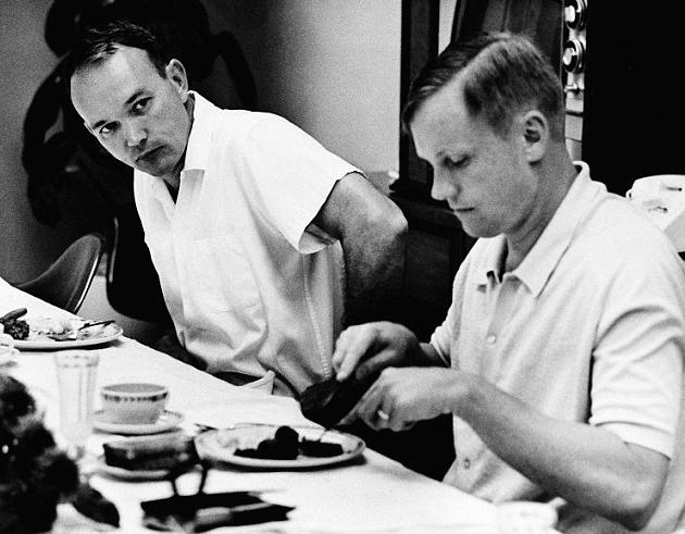 Collins y Armstrong desayunando_