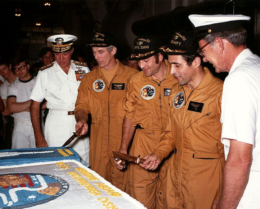 La tripulación del Apolo 17 se prepara para cortar la tarta