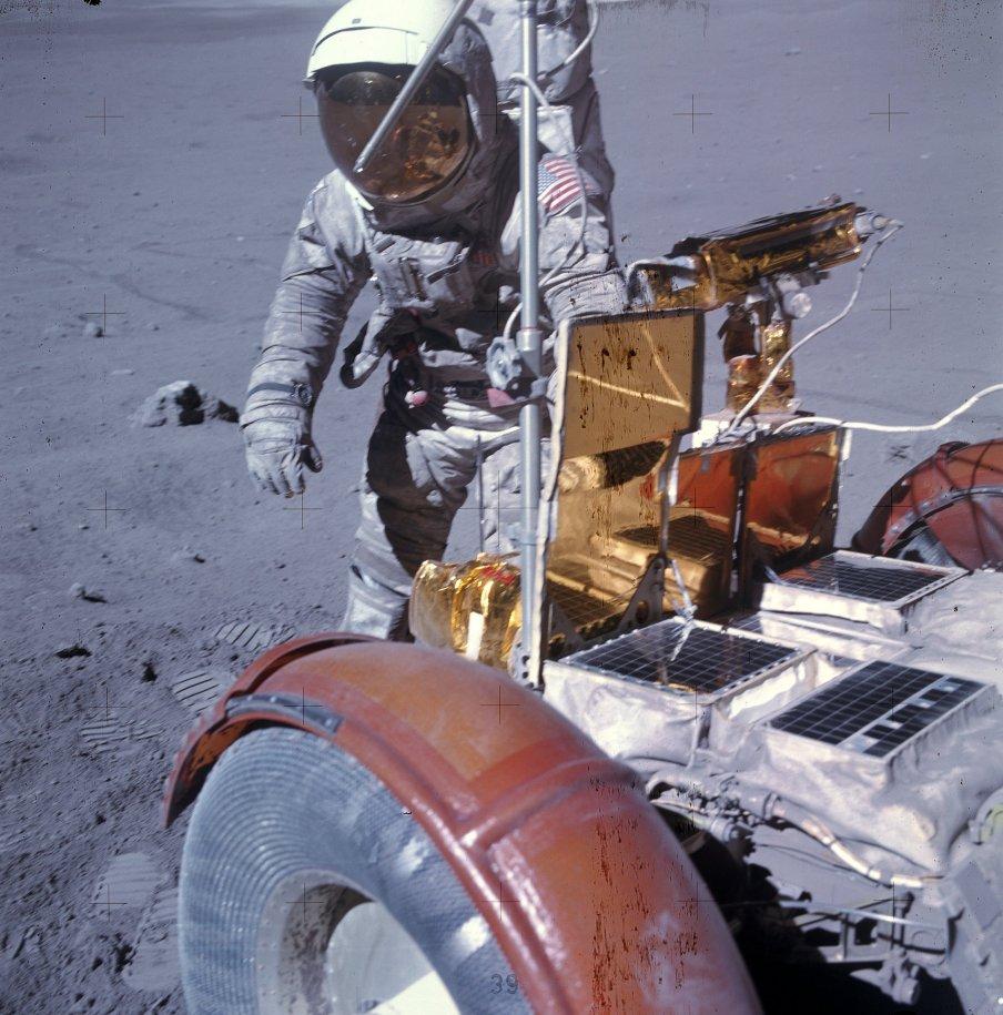 AS16-116-18718 - Charlie Duke en la Luna - Apolo 16
