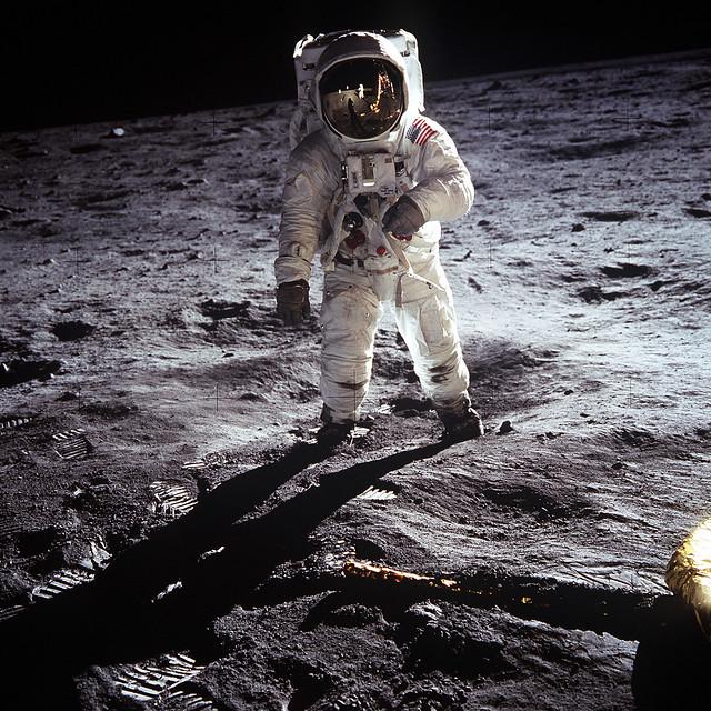 Buzz Aldrin en la Luna, con su Omega Speedmaster en la muñeca.