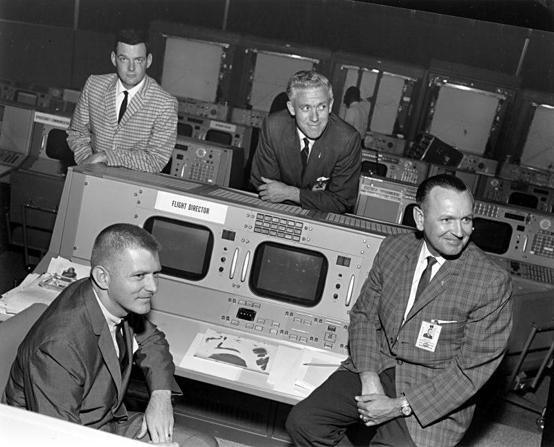 Controladores de vuelo. Arriba a la izquierda Glynn Lunney y abajo a la izquierda Gene Kranz (Foto: S65-19374).