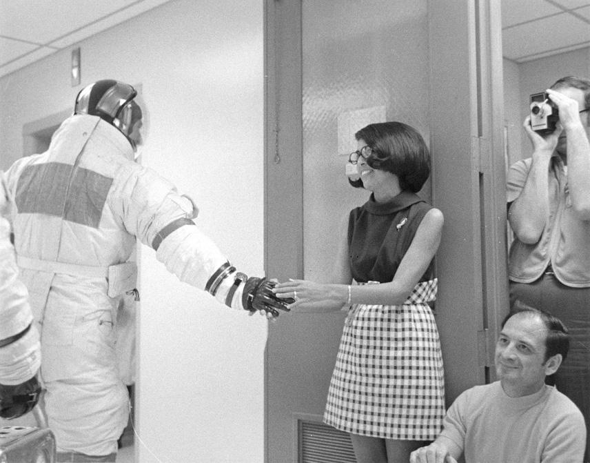 Martha Caballero, la secretaria de los astronautas, deseando buena suerte a Jim Lovell, comandante del Apolo 13. Se observa el Omega Speedmaster en su muñeca (Foto: AP13-70-H-497).