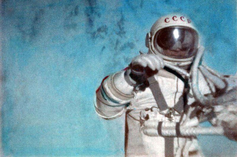 Alexei Leonov durante su primer paseo espacial en 1965.