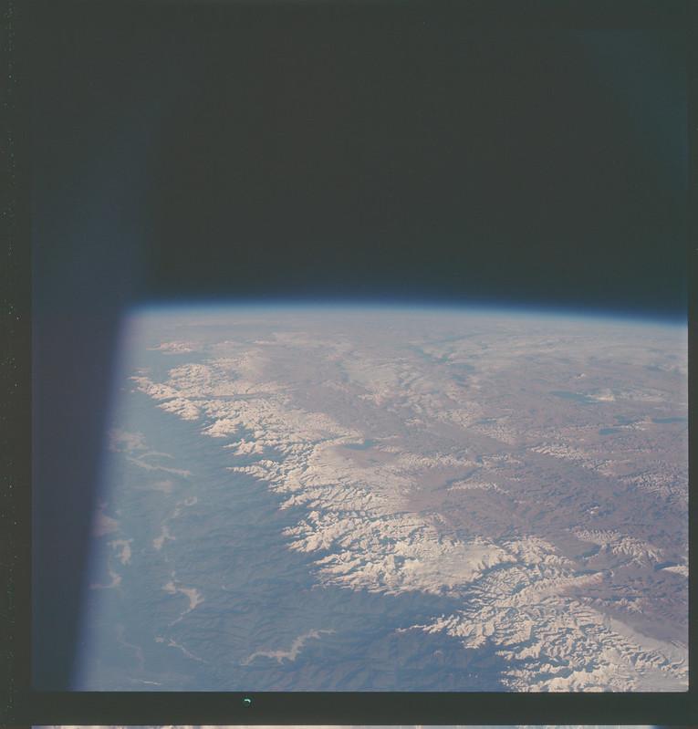 Cordillera del Himalaya desde el Apolo 7. Foto NASA: AS07-07-1748.