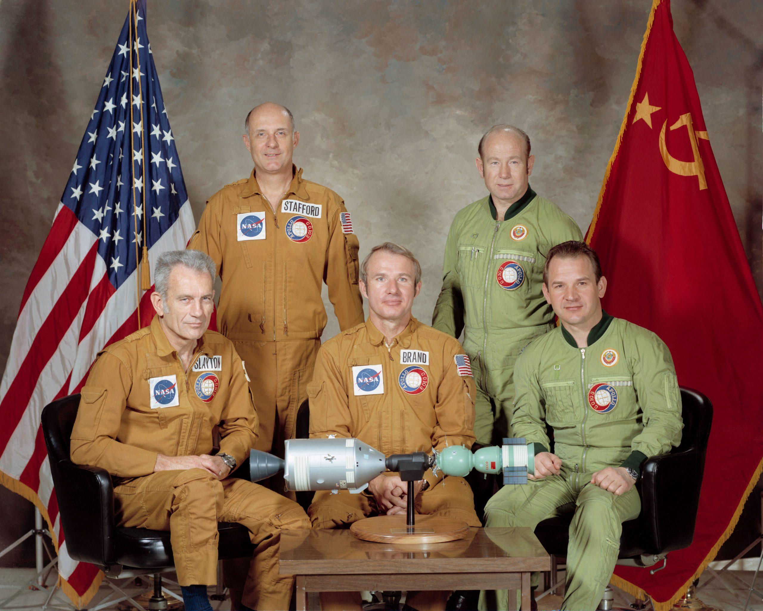 Retrato de las dos tripulaciones de la ASTP.