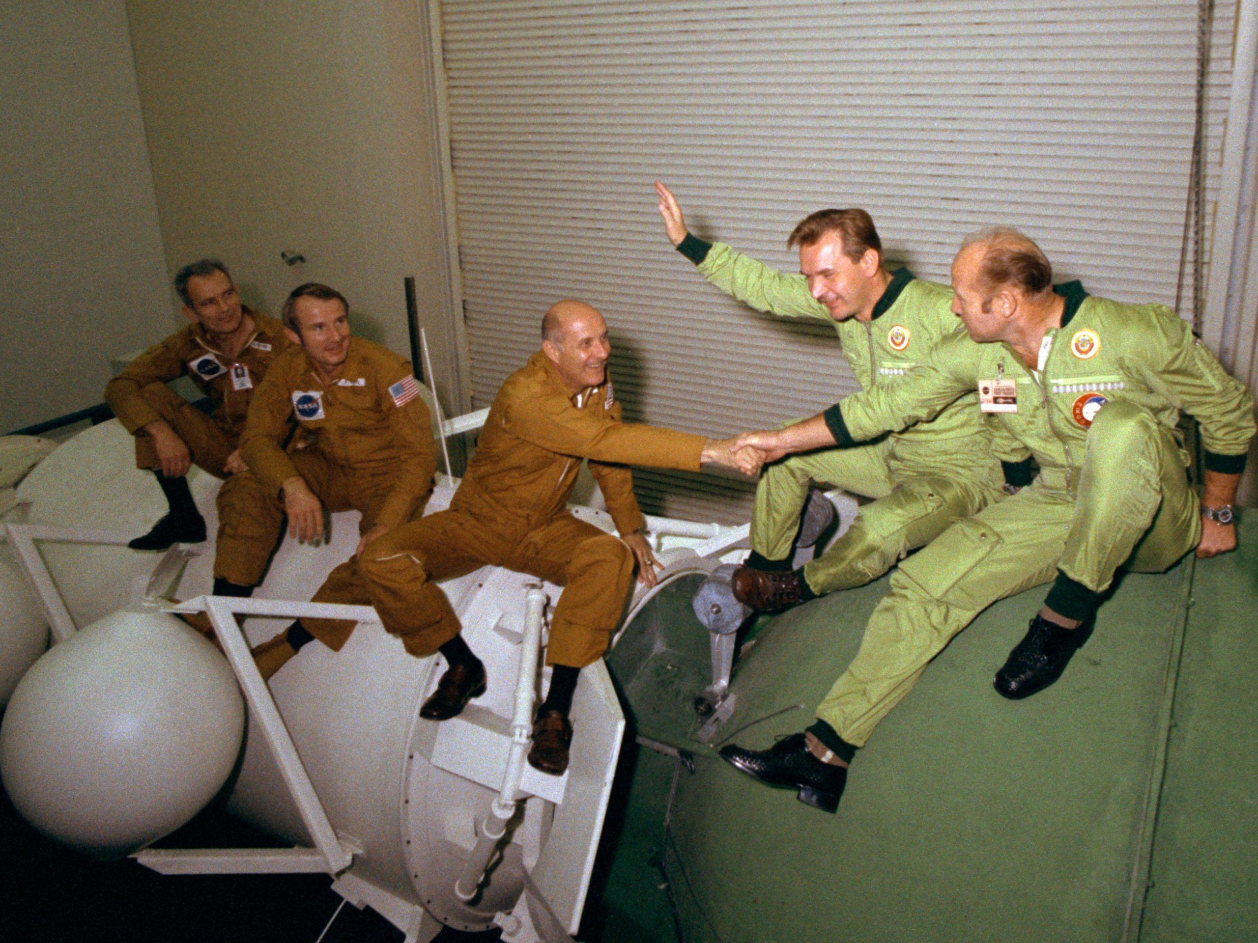 Las dos tripulaciones bromeando encima de las naves de entrenamiento