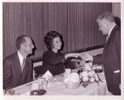 Doña Sofia saludando a Olin E. Teague en la cena de gala previa al lanzamiento del Apolo 14. A su derecha está George M. Low (administrador de NASA). Foto: KSC-71P-123
