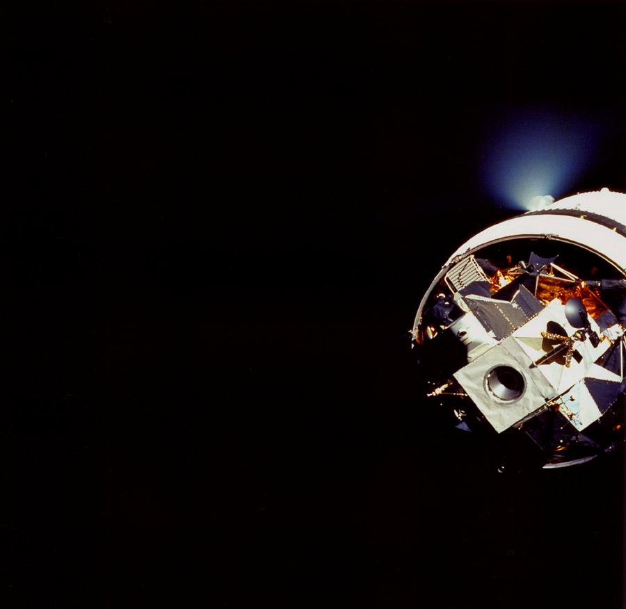 La etapa S-IVB descarga el combustible durante la transposición y el acoplamiento del Apolo 14 (Foto NASA AS14-72-9920).