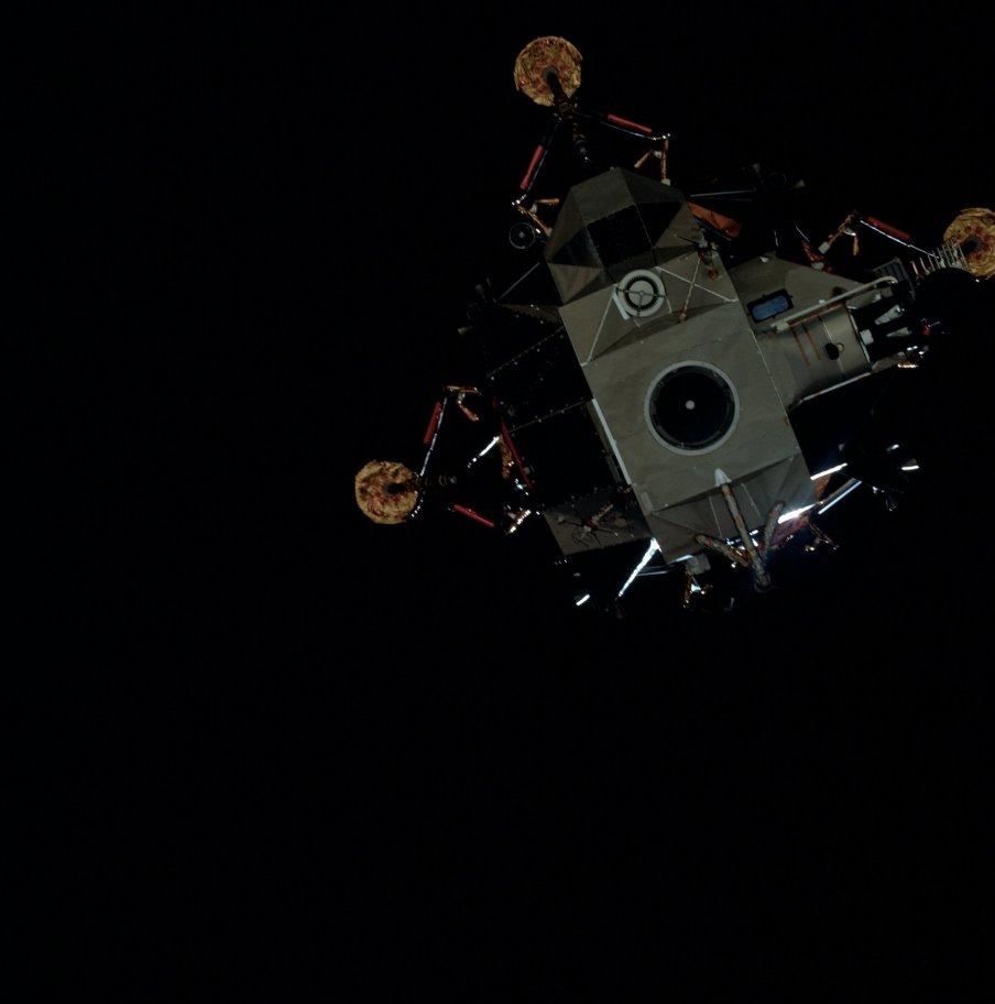 El módulo lunar Antares se separa del módulo de mando (Foto NASA AS14-74-10205).