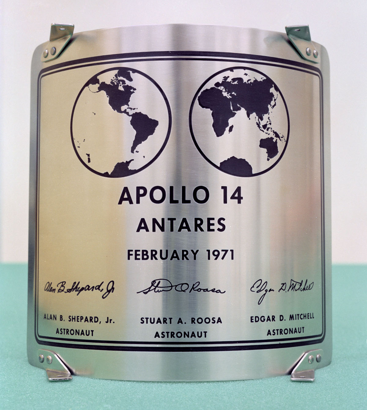 Placa dejada en la etapa de descenso del módulo lunar Antares (Apolo 14).