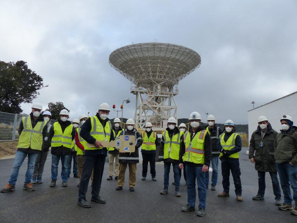 Inauguración de la Antena DSS-56 de 34 metros. En la imágen, algunos de los trabajadores de MDSCC portan una simbólica llave en representación del éxito y de la operatividad ya disponible de la antena. MDSCC, Robledo de Chavela.