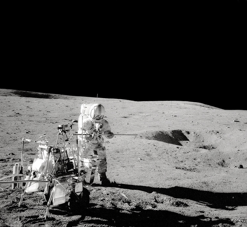 Alan Shepard en la superficie lunar junto con el MET (Foto NASA AS14-68-9405)