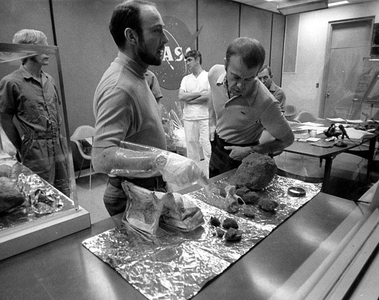 Ed Mitchell y Alan Shepard observando unas muestras traidas de la Luna (Foto NASA 71-H-338).