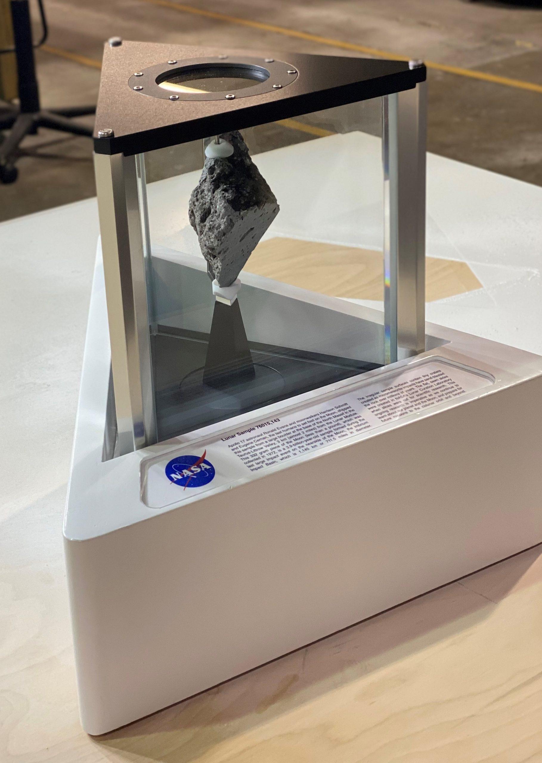 Roca lunar 76015,143 de 332 gramos, recogida en el Apolo 17 (NASA)