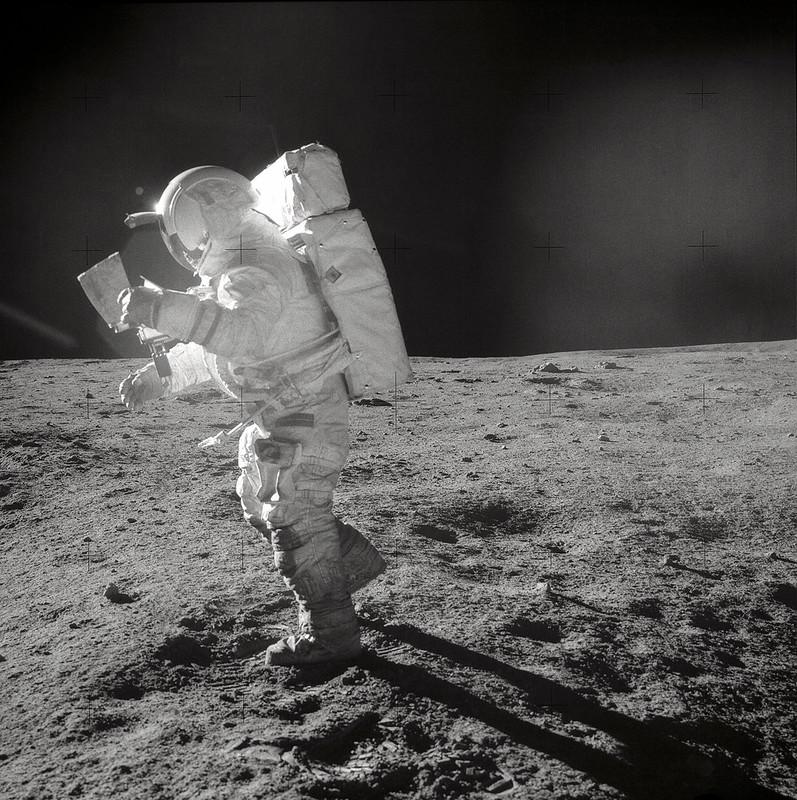 Ed Mitchell chequeando el mapa de la zona Foto NASA AS14-64-9089)