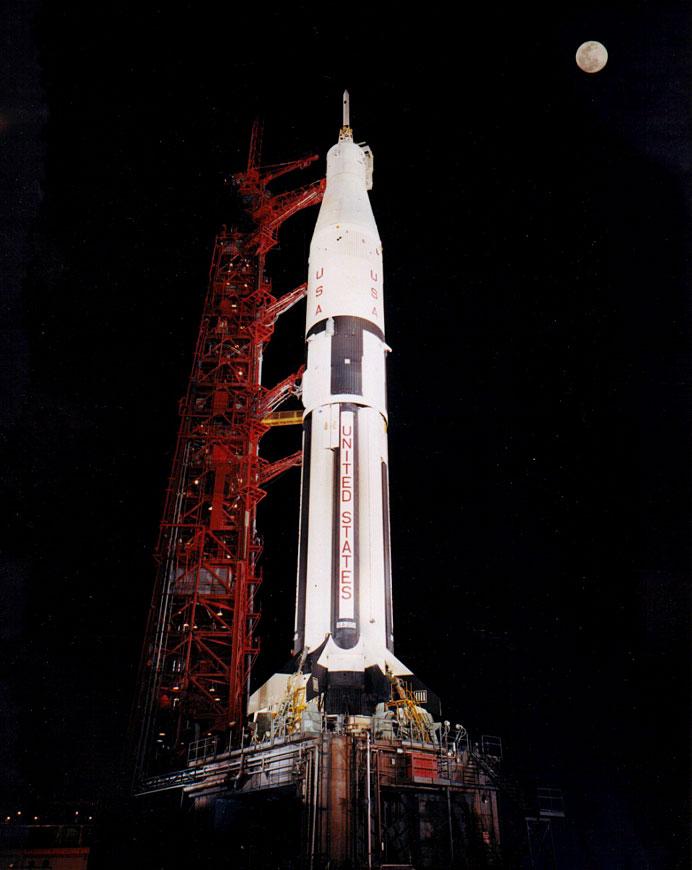 El Saturno IB (AS-201) esperando en la rampa de lanzamiento con la Luna en todo lo alto. Foto NASA KSC-66C-1296.
