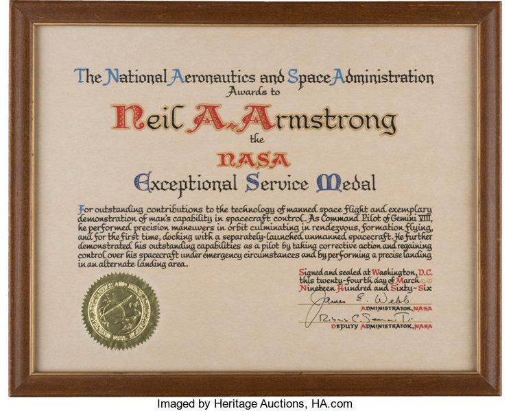 Certificado de la medalla de NASA a Neil Armstrong por su servico excepcional en el Géminis 8.