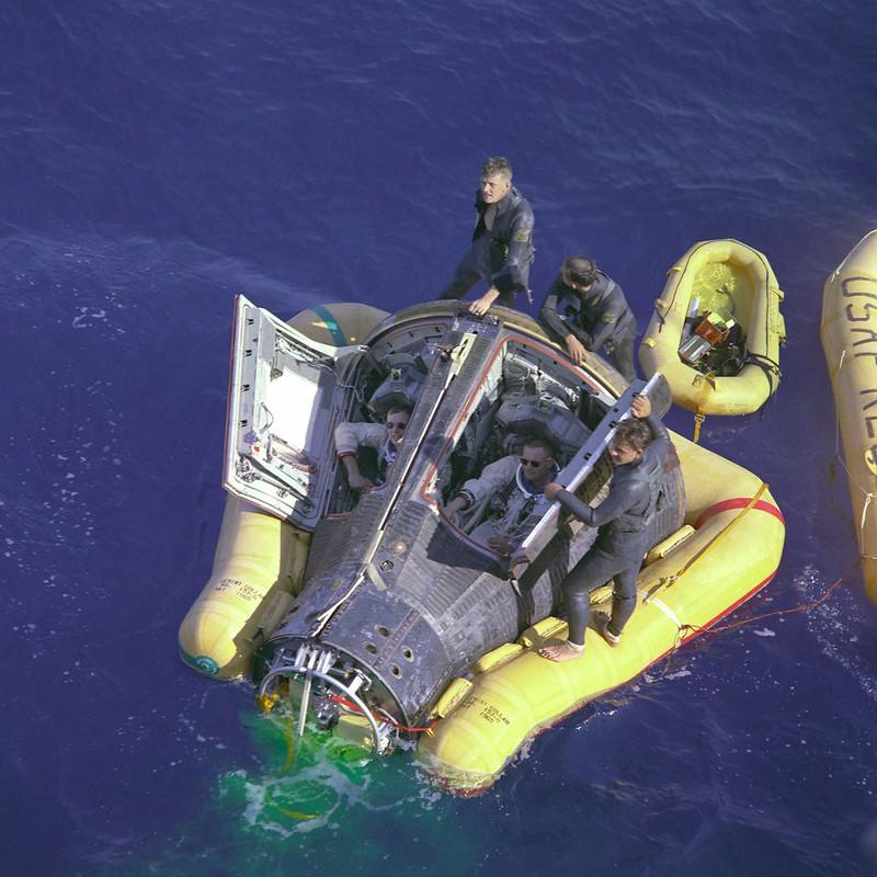 Armstrong y Scott dentro del Géminis 8 esperando a ser rescatados por un buque - NASA