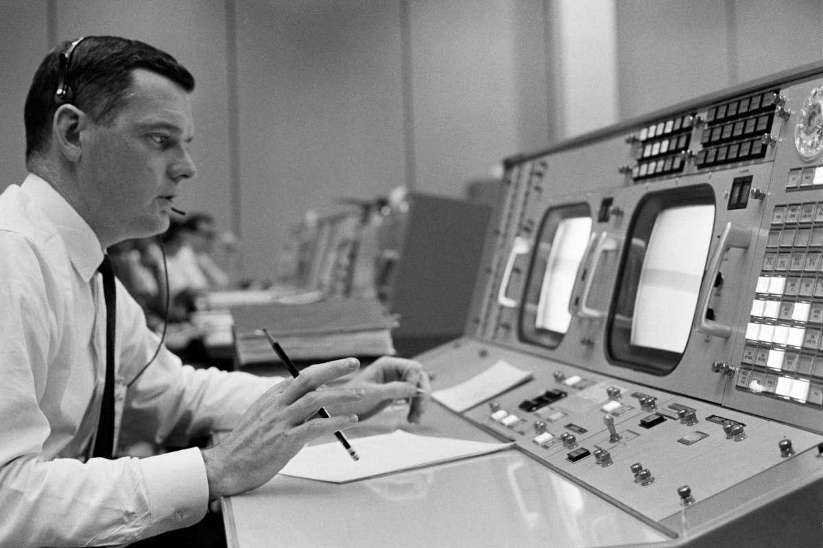 Glynn Lunney durante una simulación del Programa Apolo el 8 de diciembre de 1965 - NASA