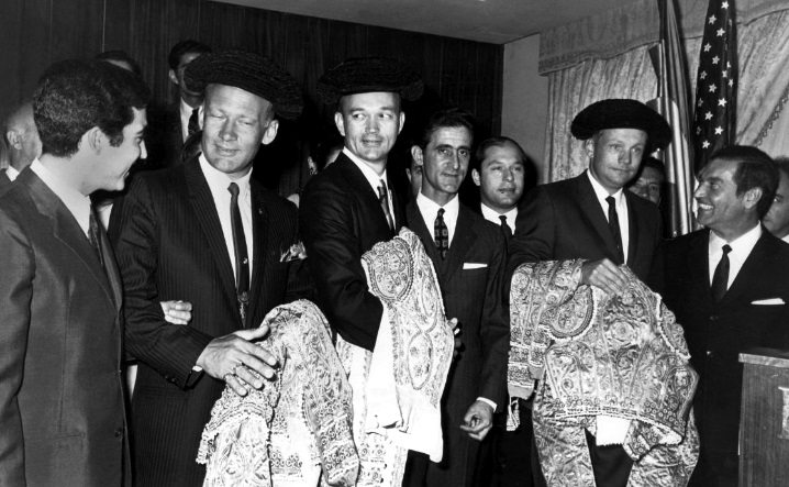 Collins, en el centro con montera, en la visita a Madrid de los tres astronautas del Apolo 11. Autor desconocido.