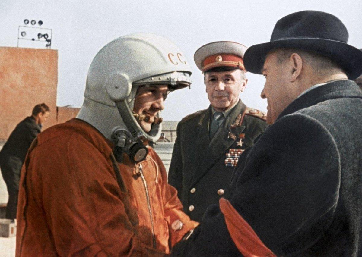 Gagarin (izq.) saludando a Korolev (dcha). Se puede ver el reloj Poljot Sturmanskie en el antebrazo.