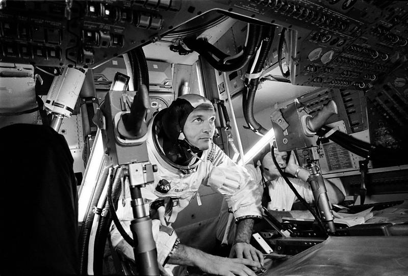 Collins practicando en el simulador del módulo de mando. NASA S69-38317.