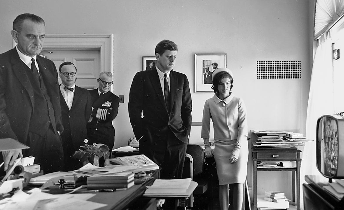 El presidente Kennedy (centro) observando por televisión la misión Mercury-Redstone 3 de Shepard.