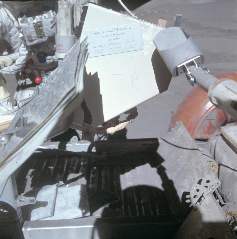 Detalle de la placa conmemorativa dejada en el Rover del Apolo 15 (NASA)
