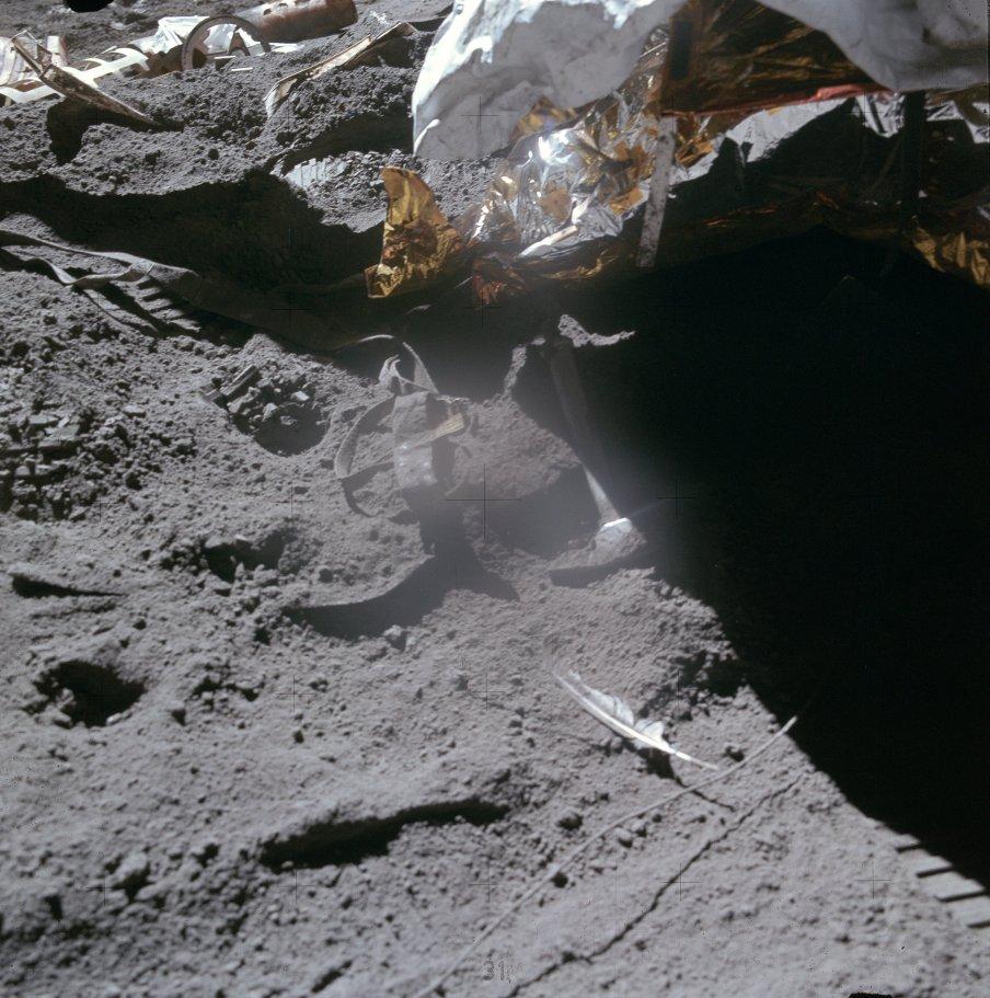 Detalle de la pluma de halcón y el martillo utilizados por Scott en el experimento de Galileo (NASA)