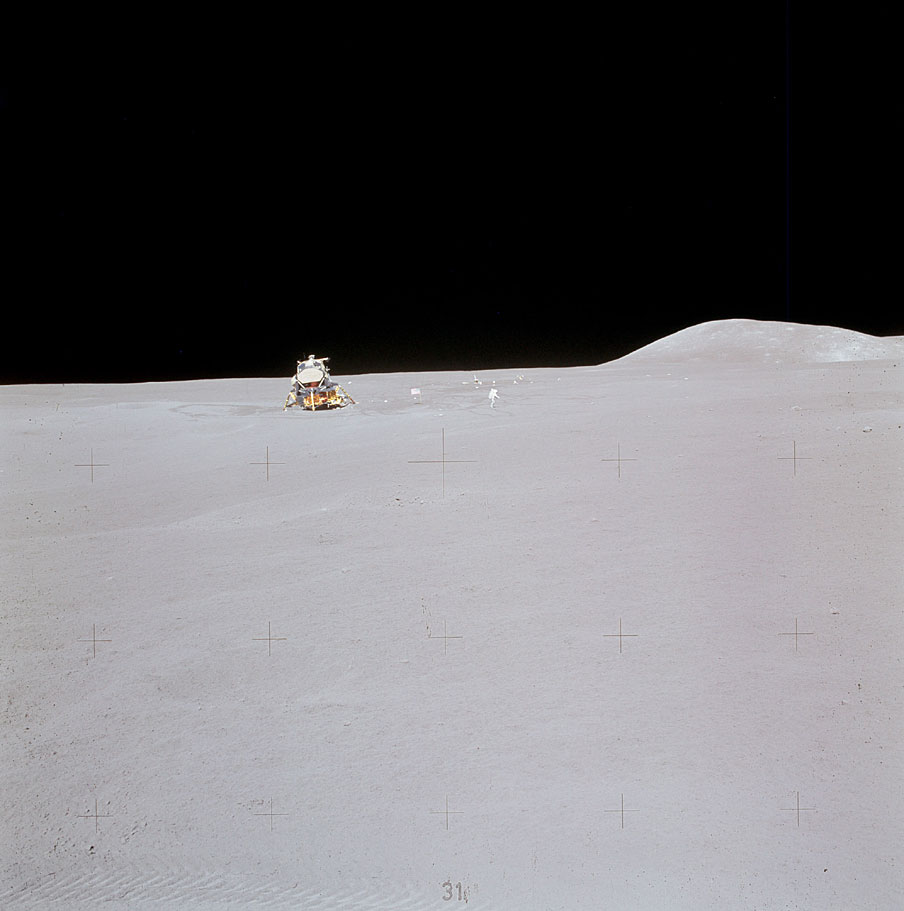El Falcon del Apolo 15 y James Irwin en la lejanía al final de la tercera y última EVA (NASA)