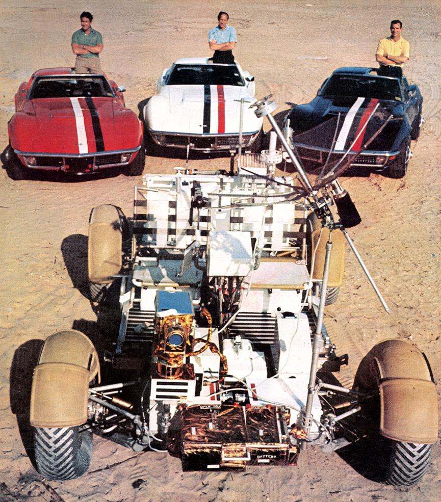 Los astronautas del Apolo 15 posando con el Rover lunar y sus Chevrolet Corvette (Autor desconocido)