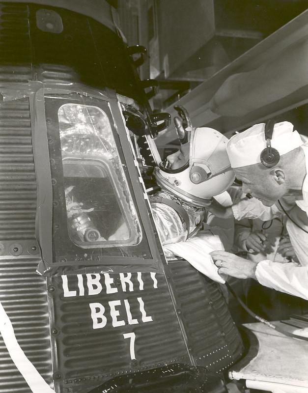 Grissom embarcando en la Liberty Bell 7, se aprecia la ventana de observación - NASA