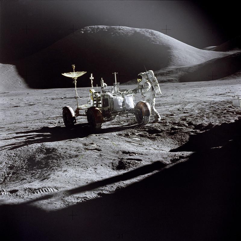 James Irwin al lado del Rover lunar al final de la primera EVA del Apolo 15 (NASA)