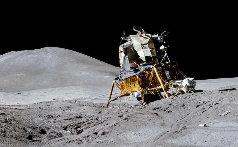 El Falcon sobre la Luna. Se aprecia como el módulo lunar del Apolo 15 quedó en una situación comprometida (NASA)