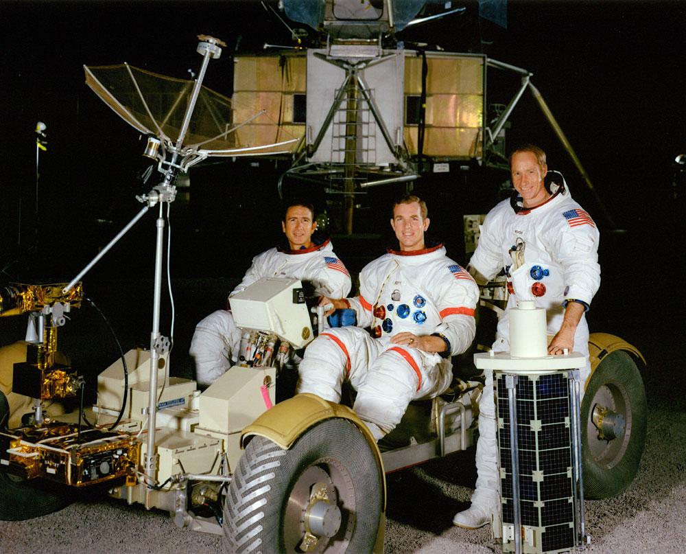 Tripulación del Apolo 15. Encima del Rover a la izquierda James Irwin, en el centro Dave Scott y de pie, a la derecha, Al Worden, con el subsatélite delante (NASA)