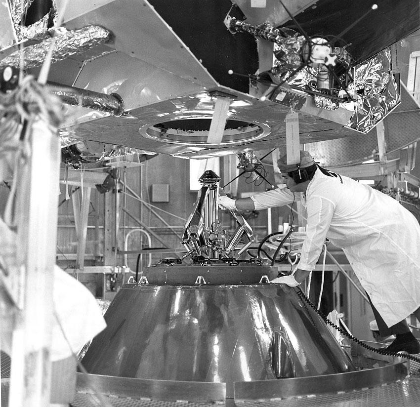 Pruebas del mecanismo de acoplamiento en el Apolo 14, el 12 de enero de 1970 (NASA KSC-70P-5)