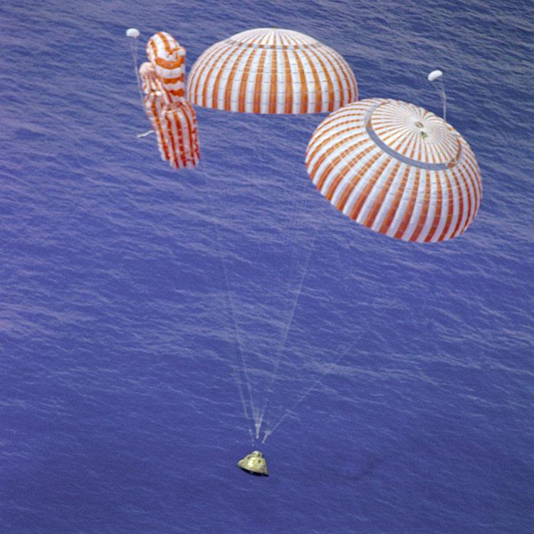 El Apolo 15 a punto de amerizar con solo dos de los tres paracaídas desplegados (NASA)