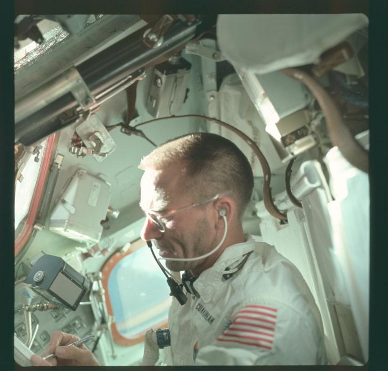 Walter Cunningham utilizando uno de los primeros bolígrafos espaciales durante el Apolo 7 (NASA)
